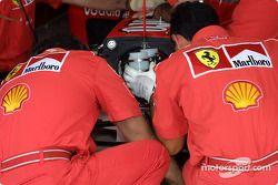 El Equpo Ferrari se prepara para la práctica