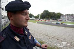 Oficial de policía observa la práctica