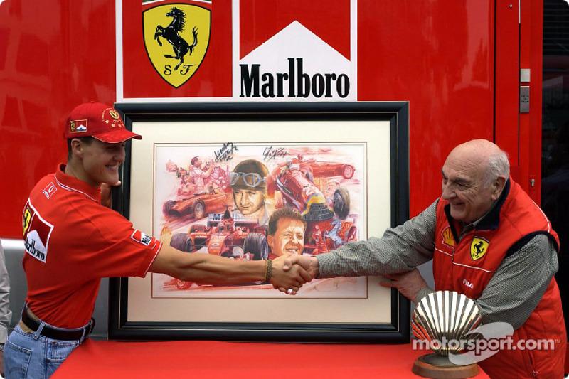 Michael Schumacher recibe un regalo por su quinto Campeonato Mundial de Pilotos de manos de Froilán