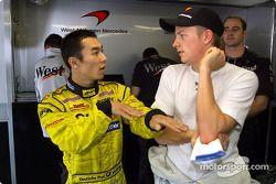 Takuma Sato y Kimi Raikkonen discutiendo el accidente