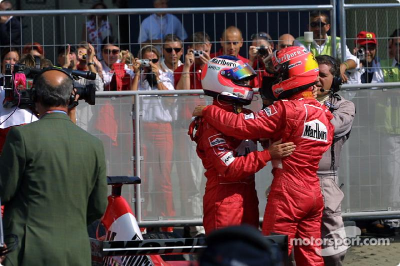El ganador de la carrera, Rubens Barrichello es felicitado por Michael Schumacher