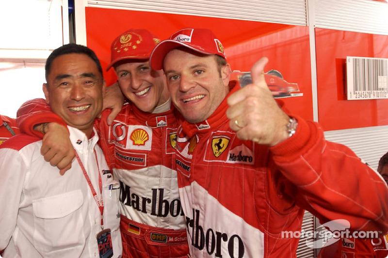 El ganador de la carrera, Rubens Barrichello con Michael Schumacher y Mr. Yasukawa