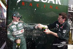 Eddie Irvine fête son podium