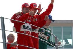 Podium : le vainqueur Rubens Barrichello avec Michael Schumacher et Eddie Irvine