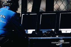 Flavio Briatore en el muro de pits de Renault F1