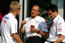 Mika Salo platica con un miembro del equip Toyota y Ange Pasquali
