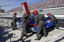 Miembros del equipo The Woods Brothers vestidos con trajes de vuelo de la Fuerza Aérea, dan servicio