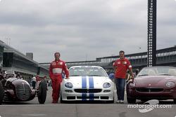 Rubens Barrichello y Michael Schumacher con los tres Maseratis: 8CTF, Trofeo y Spyder