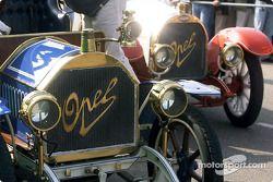 Exhibición de autos clásicos antes de la carrera