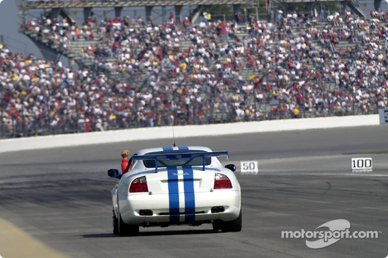 Michael Schumacher maneja el Maserati Trofeo