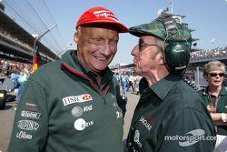Niki Lauda y Jackie Stewart en la parrilla de salida