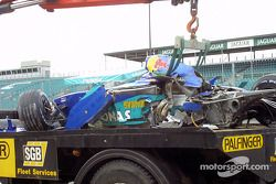 Heinz-Harald Frentzen'in Sauber back, tow-truck after accident