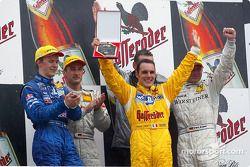 El podio: Mattias Ekström, el ganador de la carrera, Bernd Schneider, el campeón de DTM, Laurent Aie