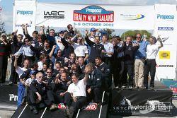 El podio: el ganador del Rally campeón 2002 del WRC, Marcus Gronholm con Harri Rovanpera y el Equipo