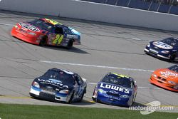 Mark Martin y Jimmie Johnson chocan en la vuelta controlada
