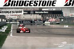 Michael Schumacher al frente en la recta del campo interno