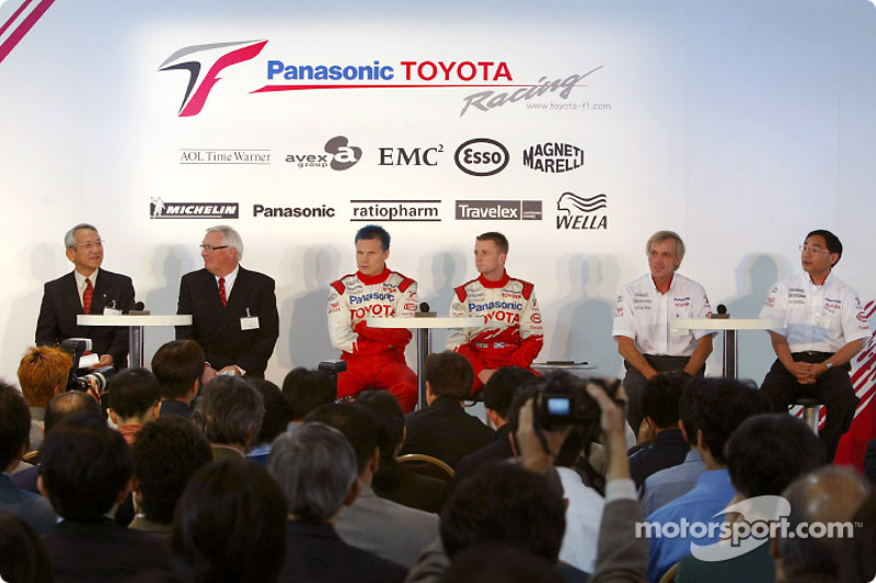 Mr. Tomita, Ove Andersson, Mika Salo, Gustav Brunner and Allan McNish with the TF102 in Tokyo