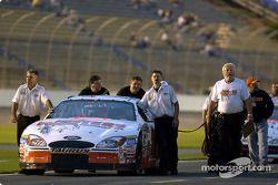El Equipo Hooters empuja el Ford de Brett Bodine a la parrilla para la clasificación
