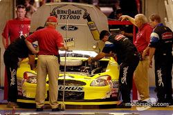 El auto de Kurt Busch pasa la revisión técnica antes de la clasificación