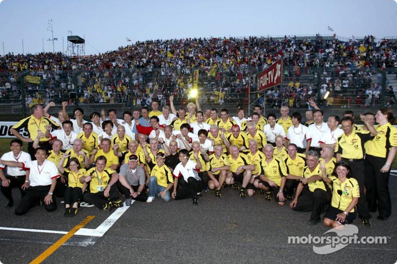 Takuma Sato celebrates his first points in Formula 1 with Jordan and Honda team members