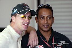 Eddie Irvine et l'attaché de presse de Jaguar Nav Sidhu