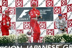 El podio: champaña para Michael Schumacher, Rubens Barrichello y Kimi Raikkonen
