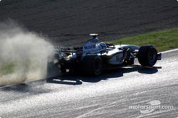 Kimi Raikkonen un poco fuera de pista