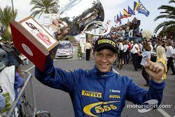 Petter Solberg celebra su tercer lugar en el podio