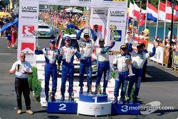 Il podio: il vincitore del rally Colin McRae con Marcus Gronholm e Carlos Sainz