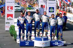 El podio: el ganador del rally, Colin McRae con Marcus Gronholm y Carlos Sainz
