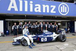 Foto familiar para Ralf Schumacher con su equipo del Williams-BMW