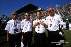 Mr Tsutomu Tomita, Allan McNish, Mr Fujio Cho y Ove Andersson