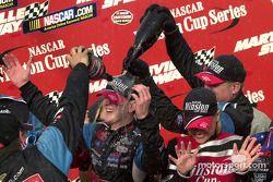 Kurt Busch es empapado en champaña