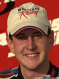 Kurt Busch porta con orgullo su gorra del Roush Racing