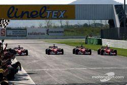 Cuatro Ferrari F2002 en la pista: Rubens Barrichello, Luca Badoer, Luciano Burti y Michael Schumache