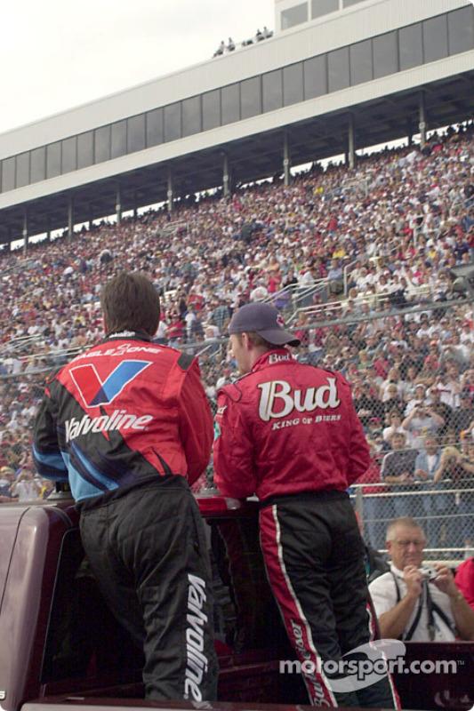 Johnny Benson y Dale Earnhardt Jr., vuelta de desfile