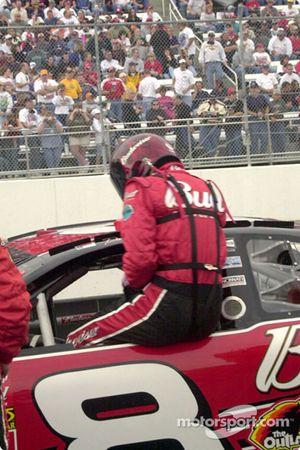 Dale Earnhardt Jr. entrando al auto