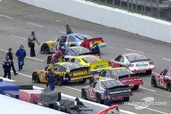 Estacionando los autos para que los mecánicos los devuelvan al garage