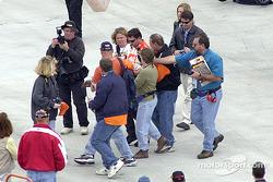 Tony Stewart es asediado por autógrafos