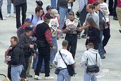 Bobby Labonte recibido por los caza autógrafos