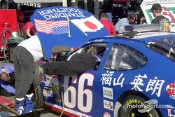 Un miembro de equipo tendiéndose sobre el auto de Hideo Fukuyama