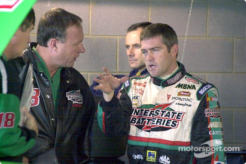 Bobby Labonte discute de cómo sintió el auto en las curvas