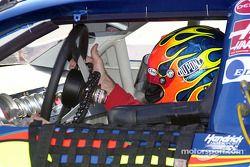 Jeff Gordon ajusta el volante