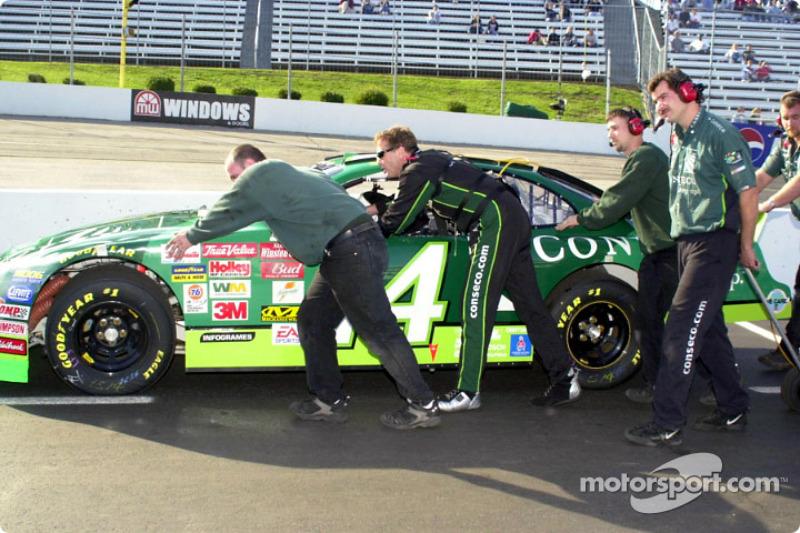 Mike Wallace ayudando a empujar el auto