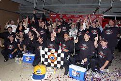 Kurt Busch y los miembros del equipo Roush Racing celebran