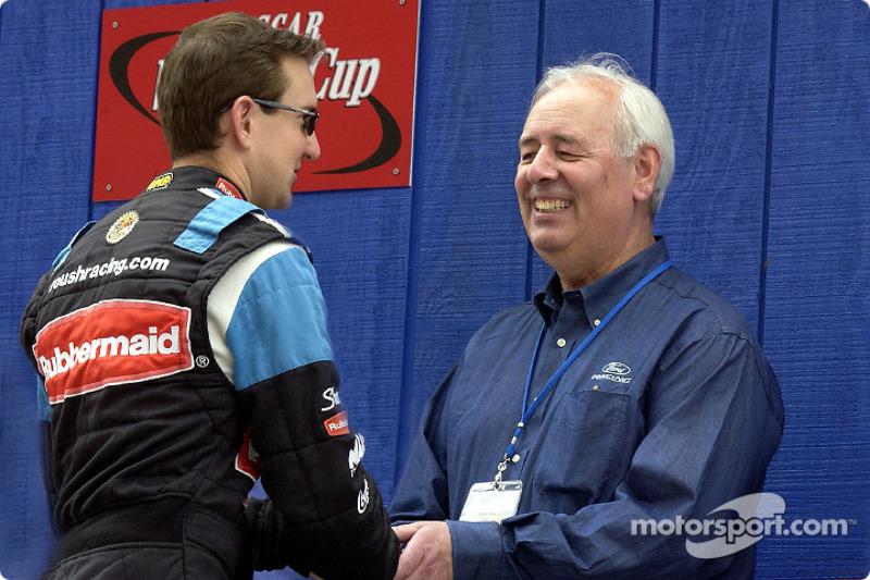Nick Scheele, presidente y COO de Ford Motor Co. y Grand Marshal de las NAPA 500, estrecha la mano d
