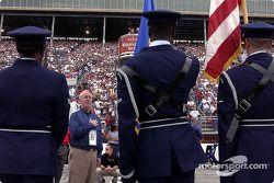 Nick Scheele muestra respeto durante la interpretación del himno nacional
