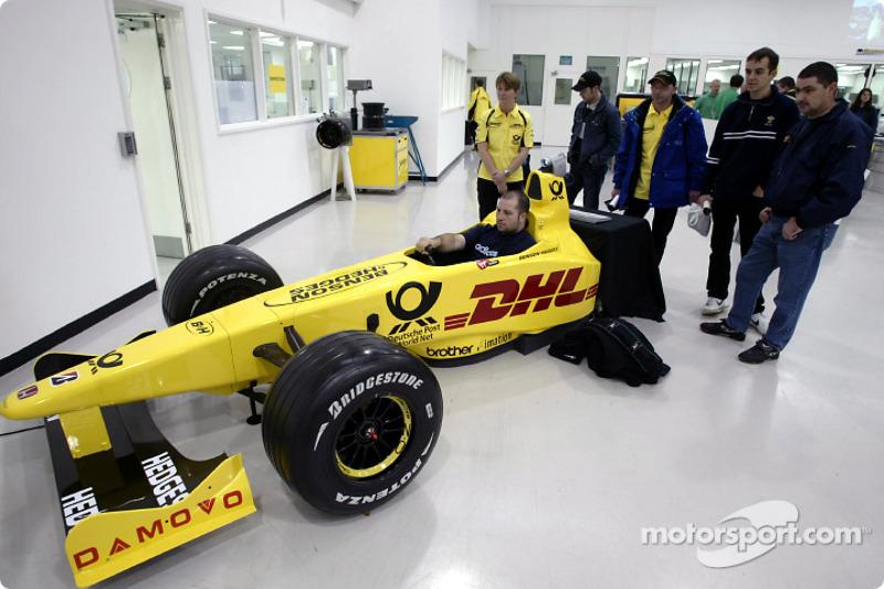 Aficionados de Jordan visitan la fábrica Jordan Grand Prix