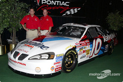 Johnny Benson y James Ince presentan el Pontiac Grand Prix 2003
