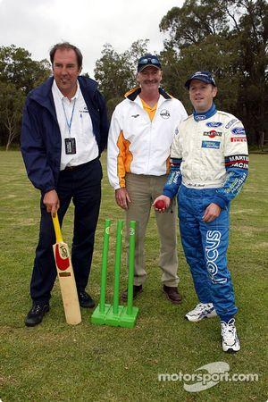 Los miembros del equipo Ford, Phil Short y Michael Park con la leyenda australiana del cricket, Dennis Lilley